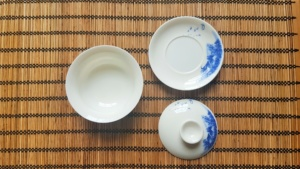 A photo showing the three parts of a gaiwan: the lid, the bowl and the saucer